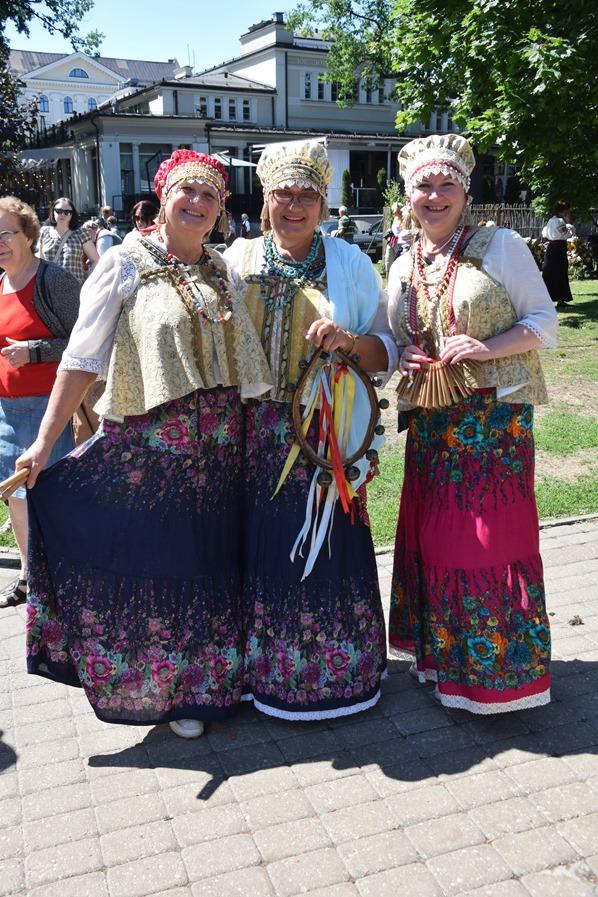 bunte lettische Tracht Sängerfest Riga Lettland Ostsee Kreuzfahrt