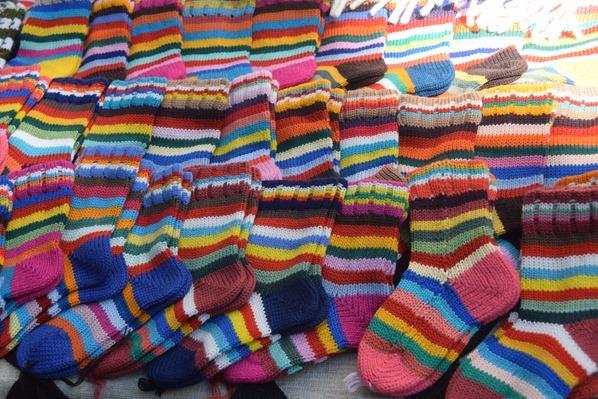 historischer Markt gestrickte bunte Socken Sängerfest Riga Lettland Ostsee Kreuzfahrt