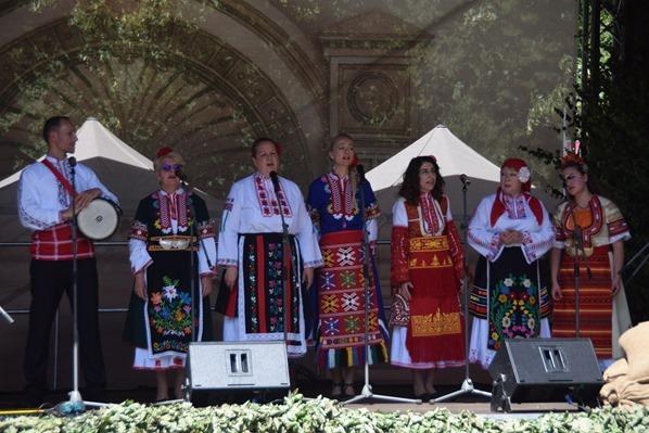 Sänger bunte lettische Tracht Sängerfest Riga Lettland