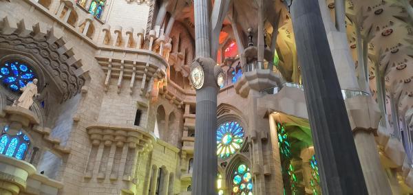 innenraum kathedrale sagrada familia barcelona spanien aida familien kreuzfahrt