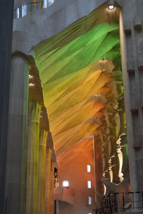 lichteinfall buntglasfenster kathedrale sagrada familia barcelona spanien aida familien kreuzfahrt