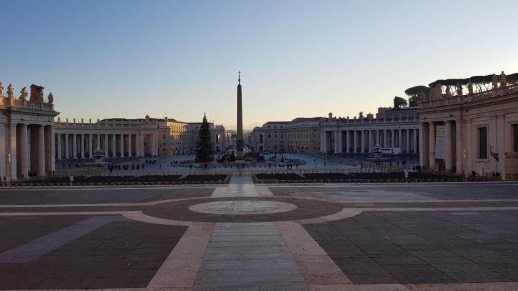 spaziergang leerer petersplatz morgens vatikan rom italien