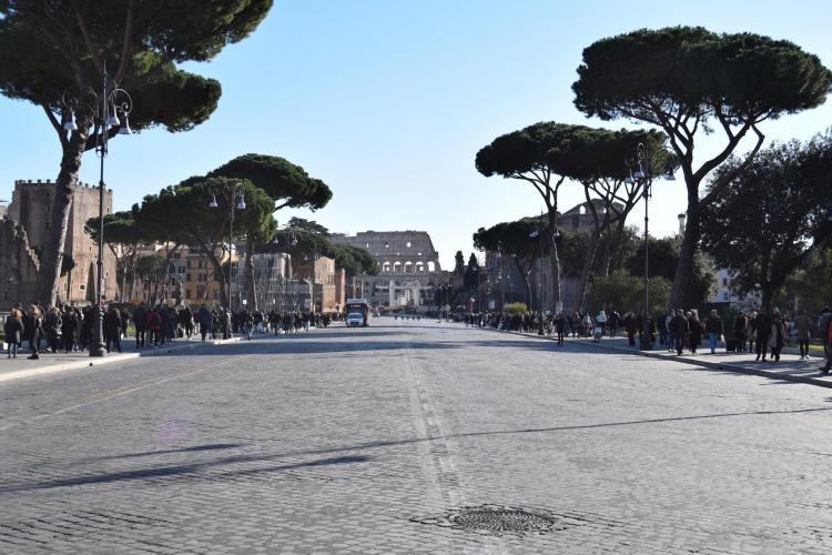 spaziergang leere via dei fori imperiali kolosseum rom italien