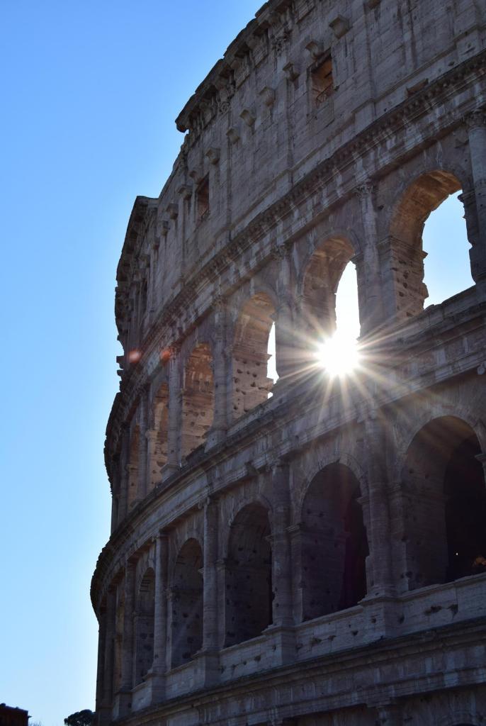 sonnenschein durch das kolosseum rom italien