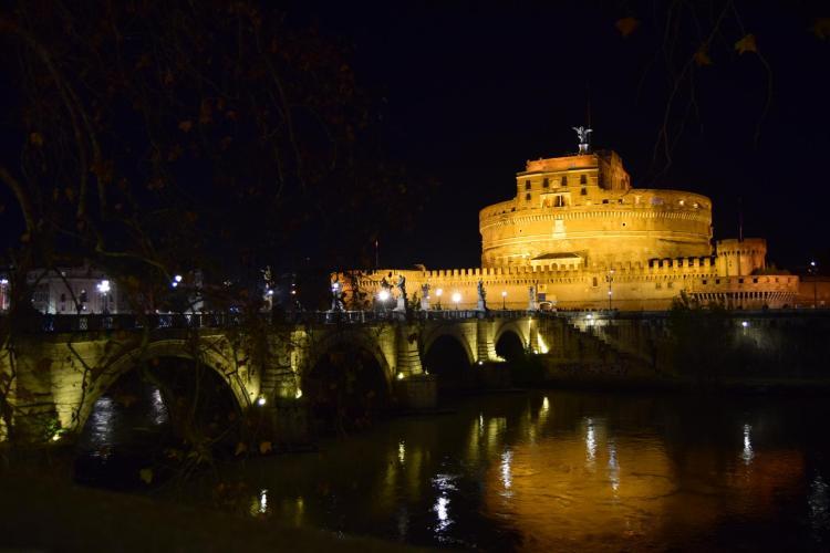 spaziergang castel santangelo engelsnurg ponte santangelo engelsbruecke tiber nachts rom italien