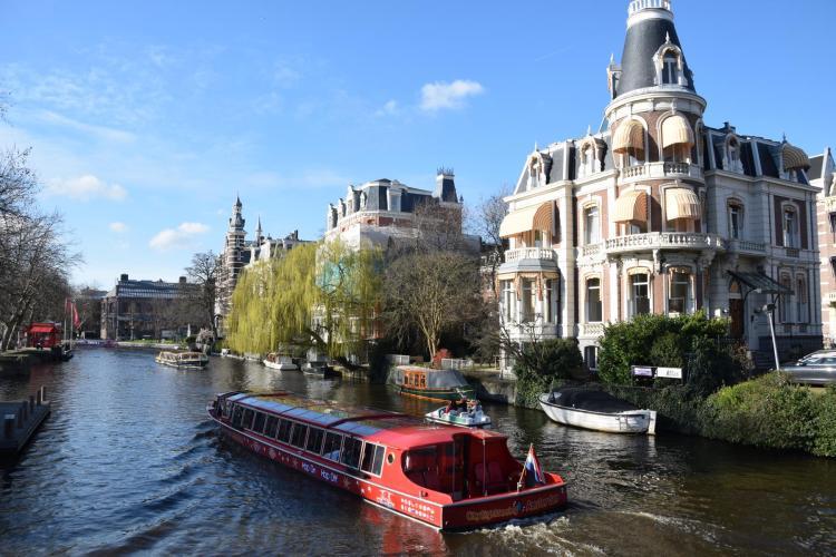 hop on hop off grachtenboot grachtenfahrt amsterdam holland niederlande