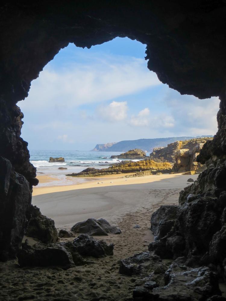 Städtereise Lissabon Sehenswürdigkeiten Ausflug Strand Höhle Praia da Arriba Portugal