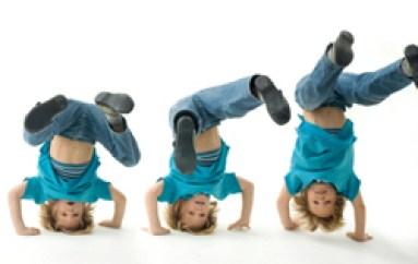 enfant trois garcons bleus