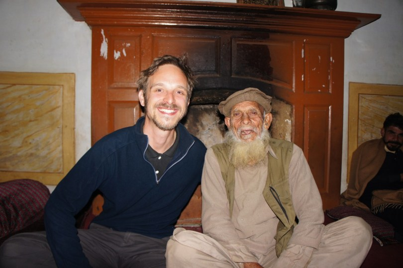 Am Kamin mit Ali Rolan Baba im Dorf Sher Garh, Provinz Khyber Pakhtunkhwa (Nordpakistan)