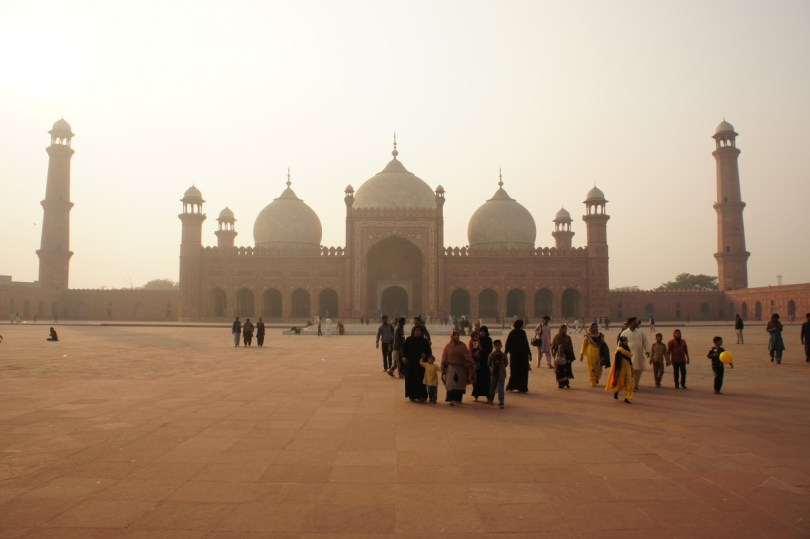 Lahore: Der Innenhof der Badshahi Moschee fast angeblich bis zu 100.000 Menschen