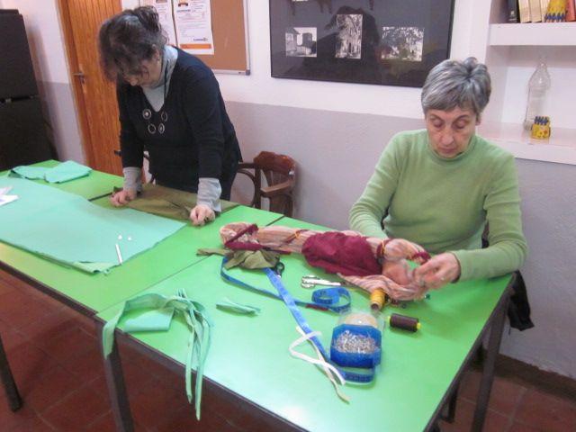 El taller de confecció de vestuari medieval va prenent forma
