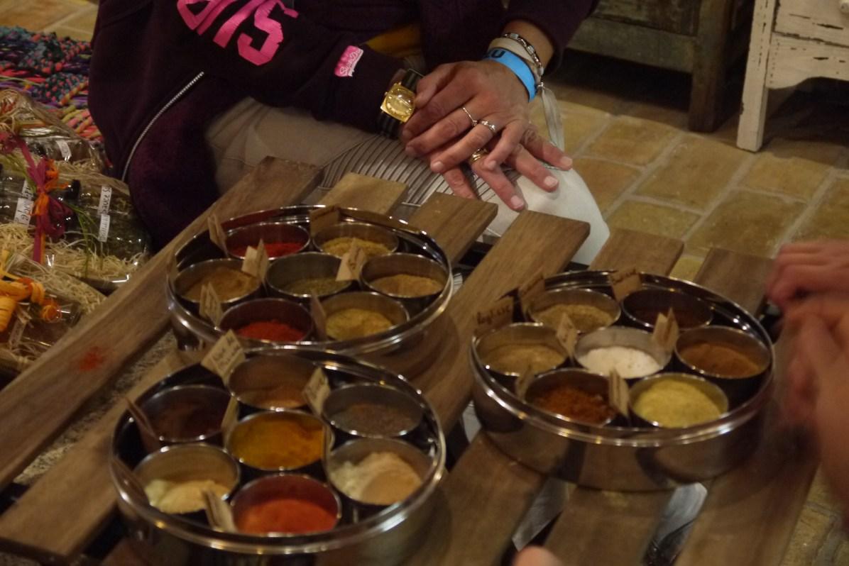 Fabrication de mélange d'épices avec Paola de la Route des Epices