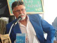 Víctor Vielma Molina conversando sobre la importancia de Rafael Cadenas para la poesía venezolana