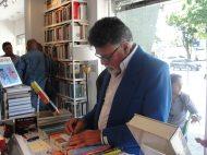 Víctor Vielma Molina firmando su poemario 'Piélago'