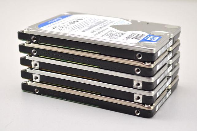 """Ein Stapel mit 2.5"""" Festplatten von Festplatten-Datenrettung"""