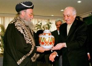 De sefardische hoofdrabbijn van Israël Eliyahu Bakshi-Doron geeft tijdens zijn bezoek aan Istanbul op 25 februari 1998 een vaas cadeau aan de Islamitische geleerde en spirituele leider Fethullah Gülen