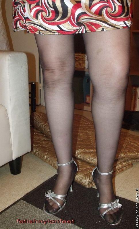les pieds de melle footiish avec les bas nylon caroline b