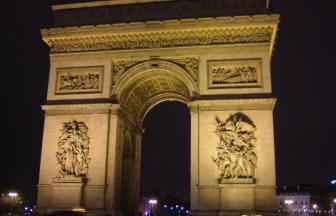フランス・パリの夜にライトアップされた凱旋門