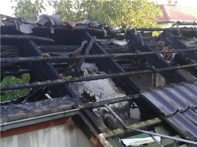 Komplett verkohlt. Der Dachstuhl in dem betroffenen Haus im Westen Radebeuls musste von den Feuerwehrleuten beim Löschen aufgerissen werden, um an Glutnester zu gelangen. © Roland Fährmann