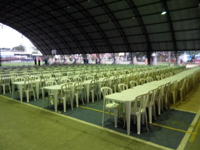 As mesas e cadeiras já estão arrumadas para a primeira etapa.
