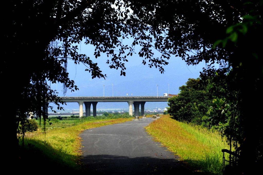 堤防與橋 A6400 + E18-135 mm 135mm端 1/250  f11  iso 200  攝於宜蘭新南