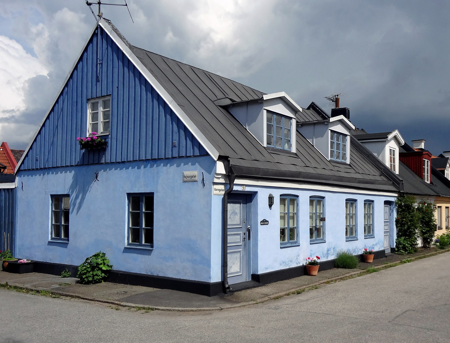 2013-The blue house.2083