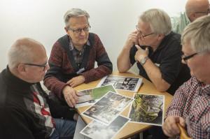 Wolfgang, Sven-Olof, Kjell-Åke och Claes hittar intressanta detaljer. (Foto: Anne-Grethe)