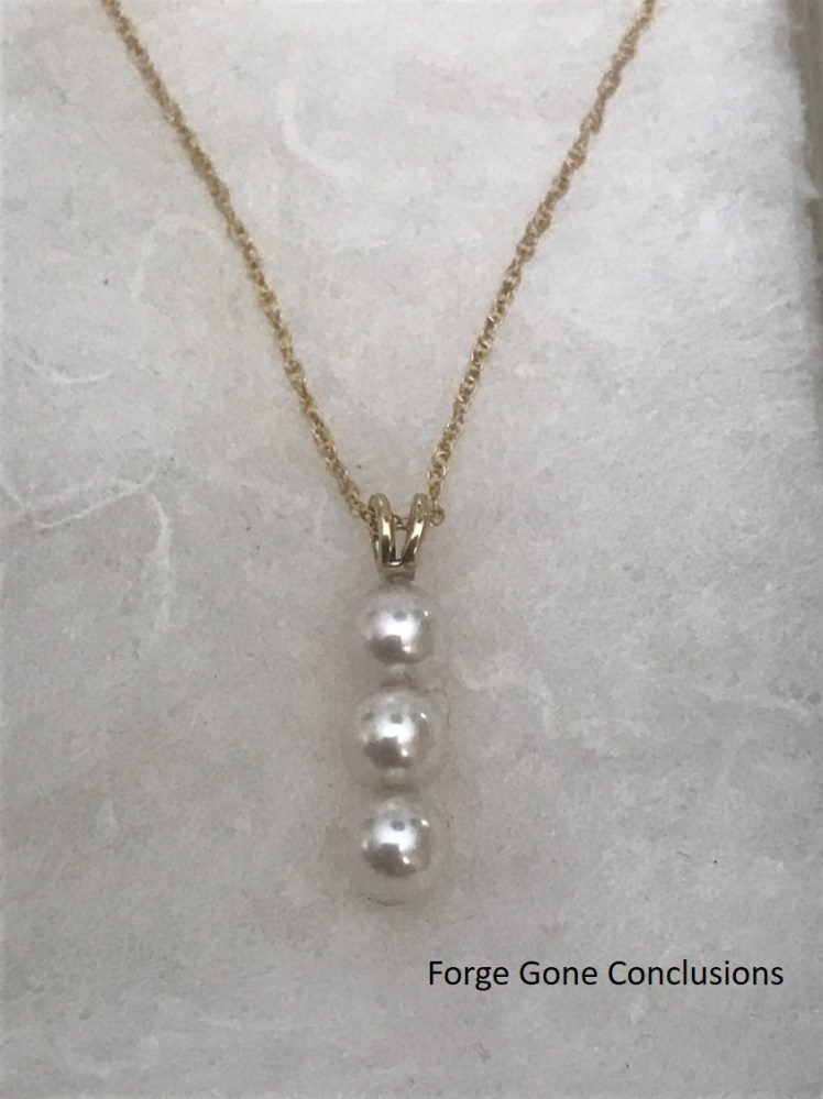 Drop necklace of 3 white pearls