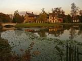 Vue sur le hameau depuis l'autre rive du lac