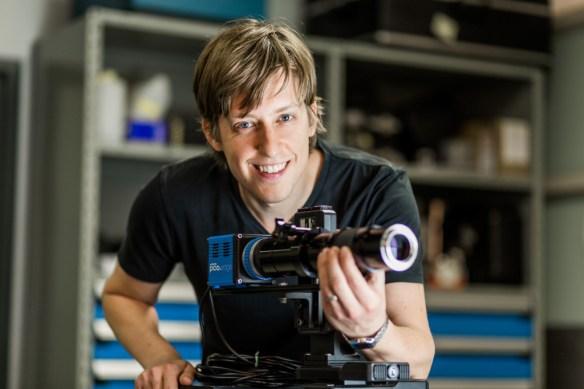 Frédérick Gosselin manipule le microscope à longue distance focale