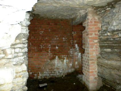Wegen der häufigen Alarme und Luftangriffe wurde es nötig, für die Bevölkerung Luftschutzstollen zu errichten, so z.B. unter der Regiswindiskirche.