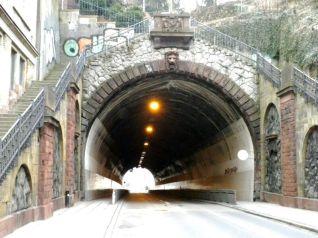 Westportal des Schwabtunnels. Trotz der impostanten Treppenaufgänge zu beiden Seiten ist der Tunnel zwischen Häuser eingezwängt.