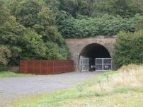 Portal des alten A8-Tunnels in Leonberg mit Gedenkstätte. Im KZ-Leonberg lief 1944 die Tragflächenproduktion für die Me 262 an.