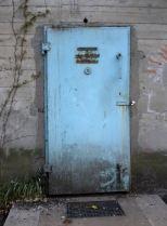"""Die Bunkertür stammt noch vom Jahr der Errichtung des Bunkers 1941. Hier im Erdgeschoß war der Übungsraum der """"Schlimmen Kindheit""""."""