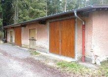 Eines der noch erhaltenen Gebäude der Munitionsniederlage Althengstett. Auch der ursprüngliche Zweck dieser Gebäude ist überwiegend in Vergessenheit geraten.