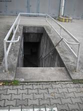 Abgang zu den ABC-Schutzräumen im Kasernenhof.