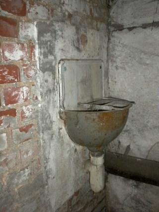 Waschbecken. Dieses Modell ist typisch für Werksluftschutzanlagen.