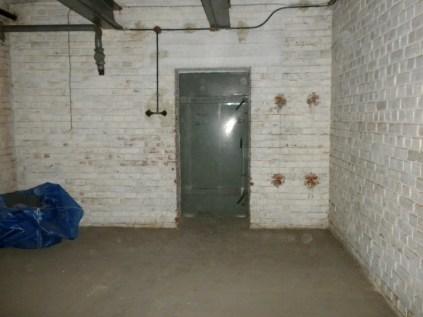 Die Wände waren weiss gestrichen, die Decken mit Doppel-T-Trägern aus Stahl verstärkt.