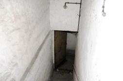 Treppenabgang zu einem Luftschutzraum mit Luftschutztür.