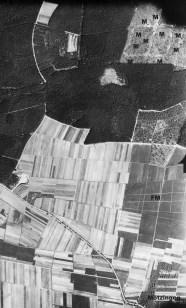 Luftaufnahme vom Flughafen Mötzingen (FM). Der Nacht-Scheinflughafen wurde 1944 in einen Feldflugplatz umgewandelt. Am oberen Bildrand (M) sind die Bauten der Munitionsniederlage Nagold zu sehen (Foto: University of Keele).