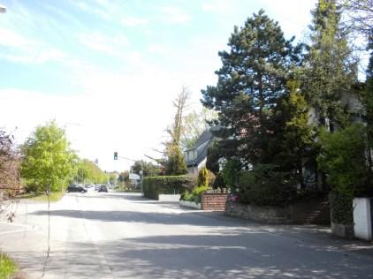 Blick auf die Sigmaringer Straße Richtung Degerloch. Diese Häuser wurden bereits vor dem Krieg gebaut. Direkt daneben lag die Batteriestellung.
