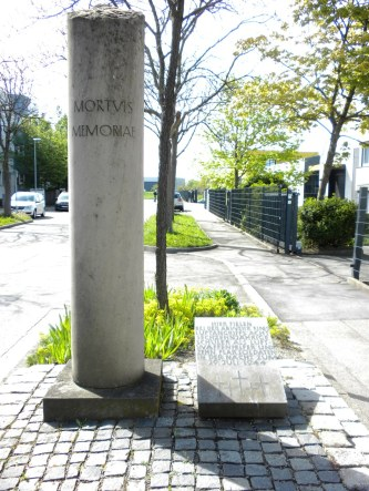 Für die am 29. Juli 1944 getöteten 8 Luftwaffenhelfer und 10 Soldaten gibt es inzwischen eine Gedenktafel mit Stele.