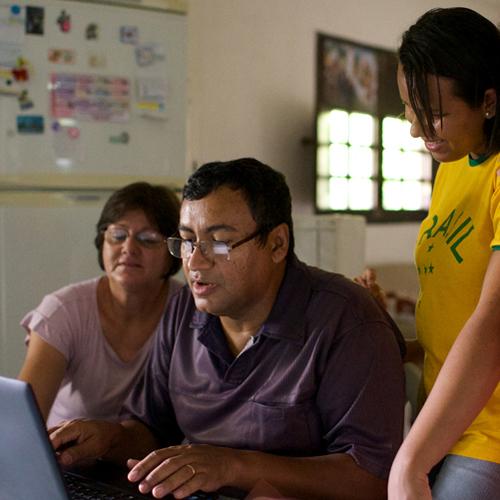 Família olhando para registros de genealógica.