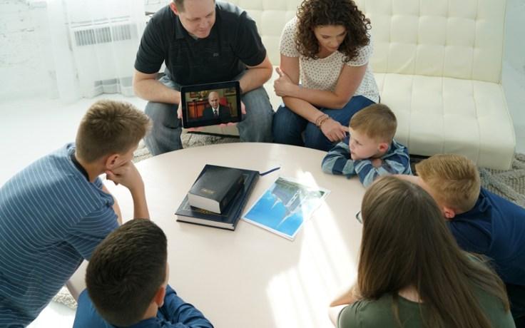 Eine Familie spricht miteinander über den Tempel