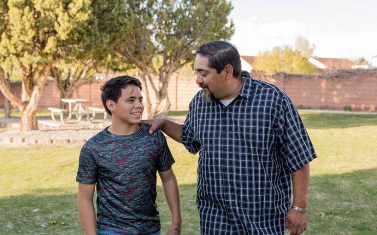 Отец беседует с сыном во время прогулки