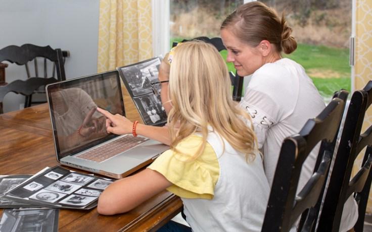 Мать с дочерью сидят за компьютером