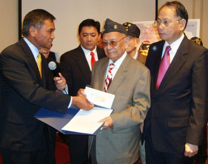 Alberto Bacani receives the first check from the equity from Maj. Gen. Tony Taguba - Photo: ACFV.