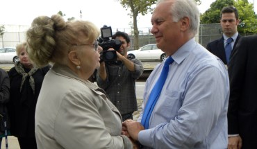 NY attorney general candidate Richard Brodsky speaks with Nelly Braginsky who lost her son Alex on September 11th - Photo: Ewa Kern-Jedrykowska