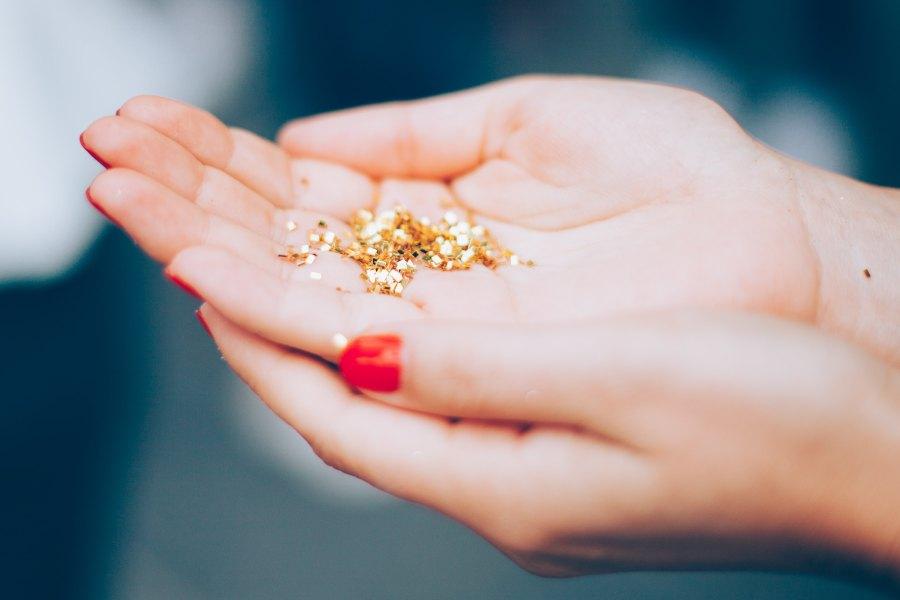 oro sostenido en manos de mujer