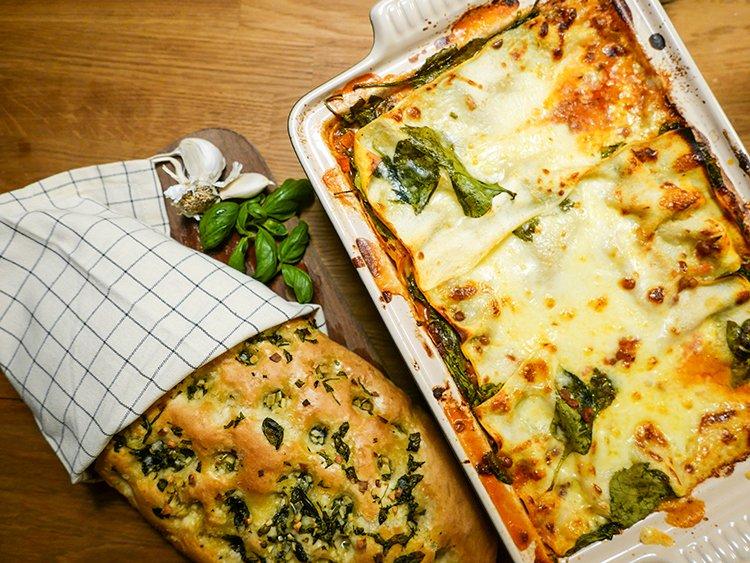 Vegetarisk lasagne och basilikabröd med vitlkök